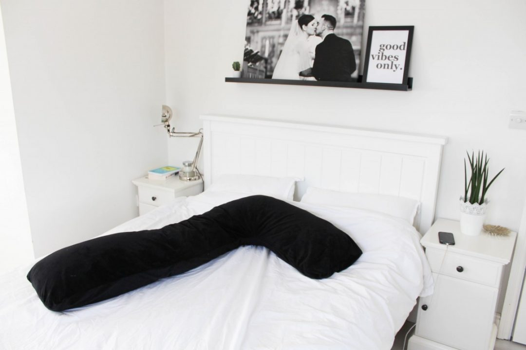L Shaped Pregnancy Pillow Review - Roseyhome - pregnancy pillow, pregnancy, pregnant